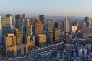 梅田スカイビルの空中庭園から見る大阪の夕景の写真素材 [FYI04833591]