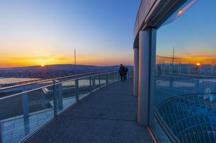 梅田スカイビルから見る夕日の写真素材 [FYI04833598]
