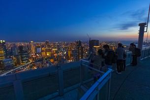 梅田スカイビルの空中庭園から見る大阪の夜景の写真素材 [FYI04833605]