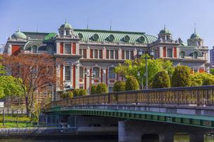 栴檀の木橋と大阪市中央公会堂の写真素材 [FYI04833607]