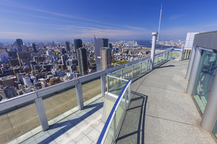梅田スカイビルの空中庭園と大阪の街の写真素材 [FYI04833610]