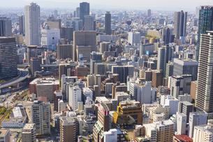 梅田スカイビルの空中庭園から見る大阪の街の写真素材 [FYI04833611]