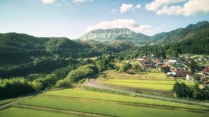 山と棚田と住宅の景色の写真素材 [FYI04833662]