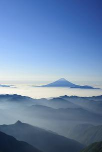 南アルプス農鳥岳より富士山と山並みの写真素材 [FYI04833729]