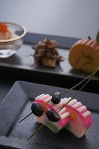 黒い皿に盛ってある正月料理の写真素材 [FYI04833793]