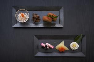 黒い皿に盛ってある正月料理の俯瞰の写真素材 [FYI04833794]