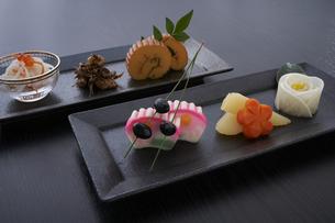 黒い皿に盛ってある正月料理の写真素材 [FYI04833795]
