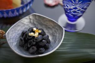 綺麗に盛り付けてある黒豆の写真素材 [FYI04833800]