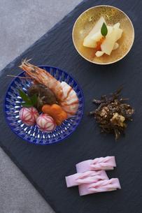 黒い石板の上の小鉢に盛られた料理の写真素材 [FYI04833810]