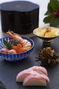 黒い石板の上の小鉢に盛られた料理の写真素材 [FYI04833811]