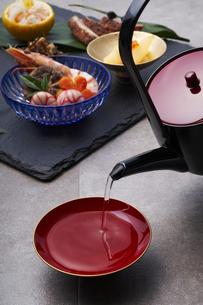 お節料理と杯に注がれるお屠蘇の写真素材 [FYI04833814]