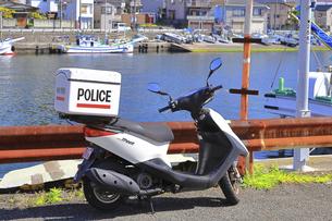 パトロール中の警察のスクーターの写真素材 [FYI04833853]
