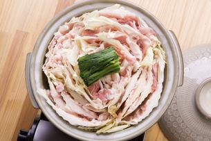 豚バラと白菜の重ね鍋の写真素材 [FYI04833879]