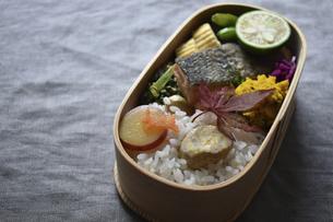 秋鮭のムニエルのわっぱ弁当の写真素材 [FYI04834025]