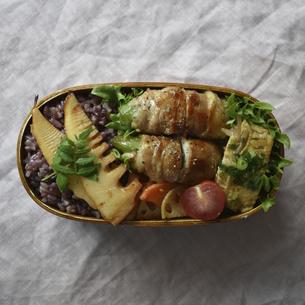スナップえんどうの肉巻きのわっぱ弁当の写真素材 [FYI04834029]