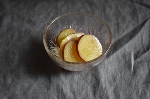 さつまいものレモン煮の写真素材 [FYI04834039]