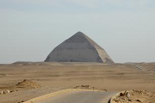 屈折ピラミッドの写真素材 [FYI04834043]