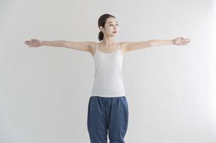 室内でストレッチ・体操をする女性の写真素材 [FYI04834163]
