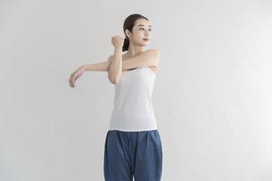 室内でストレッチ・体操をする女性の写真素材 [FYI04834165]
