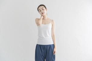 室内でストレッチ・体操をする女性の写真素材 [FYI04834168]