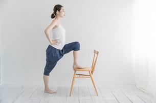 室内でストレッチ・体操をする女性の写真素材 [FYI04834173]