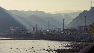 JR豊後豊岡駅付近の海岸から夕方の別府湾の写真素材 [FYI04834218]