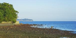 JR豊後豊岡駅付近の海岸から夕方の別府湾の水平線の写真素材 [FYI04834219]