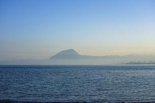 JR豊後豊岡駅付近の海岸から夕方の別府湾(高崎山)の写真素材 [FYI04834223]