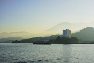 JR豊後豊岡駅付近の海岸から夕方の別府湾の写真素材 [FYI04834224]