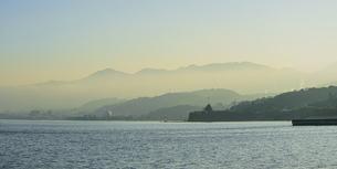 JR豊後豊岡駅付近の海岸から夕方の別府湾の写真素材 [FYI04834225]