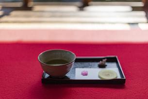 抹茶と和菓子のセットと赤い毛氈の写真素材 [FYI04834231]