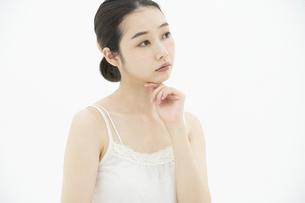 スキンケア・女性(悩み・肌荒れ)の写真素材 [FYI04834272]