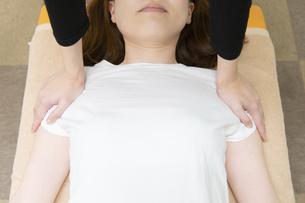 整体・マッサージ・肩の悩みの写真素材 [FYI04834299]