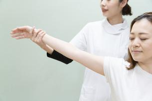 マッサージ・整体・肩・腕の写真素材 [FYI04834306]