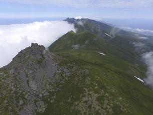空撮・雲海と羅臼岳(北海道・知床)の写真素材 [FYI04834316]