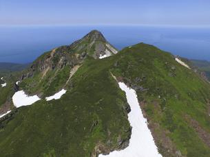 空撮・硫黄山と前衛峰(北海道・知床)の写真素材 [FYI04834317]