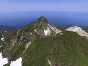 空撮・硫黄山と前衛峰(北海道・知床)の写真素材 [FYI04834319]