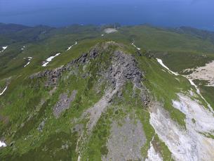 空撮・硫黄山の山頂(北海道・知床)の写真素材 [FYI04834333]