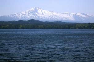 鳥海高原 鳥海山と大谷地池の写真素材 [FYI04834505]