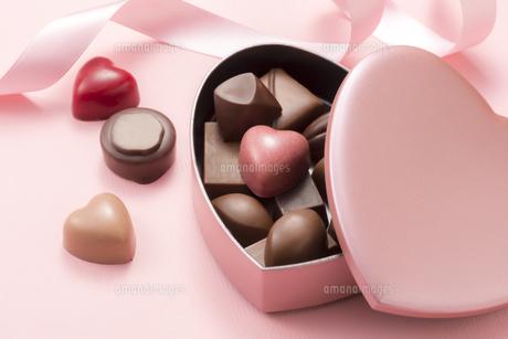 ハート型のチョコレートギフトの写真素材 [FYI04834520]