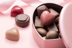 ハート型のチョコレートギフトの写真素材 [FYI04834521]