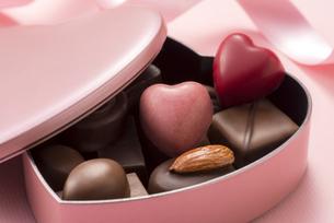 ハート型のチョコレートギフトの写真素材 [FYI04834522]
