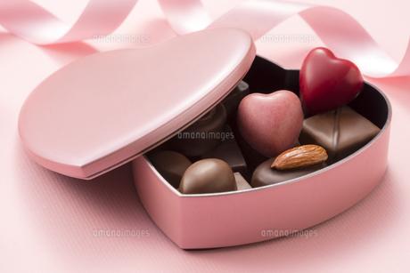 ハート型のチョコレートギフトの写真素材 [FYI04834523]