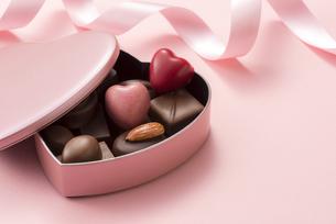 ハート型のチョコレートギフトの写真素材 [FYI04834525]