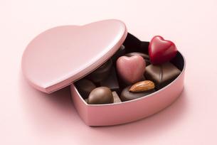 ハート型のチョコレートギフトの写真素材 [FYI04834526]