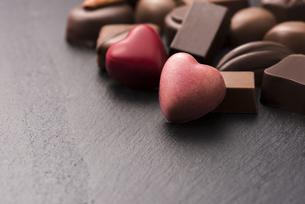 ハート型のチョコレートの写真素材 [FYI04834533]