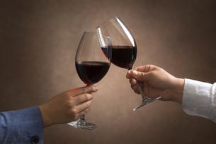 ワインで乾杯する男女の写真素材 [FYI04834614]