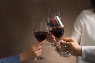 ワインで乾杯する男女の写真素材 [FYI04834616]