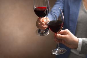 ワインで乾杯する男女の写真素材 [FYI04834617]