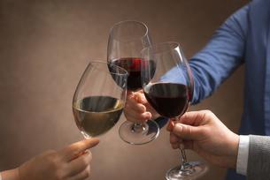 ワインで乾杯する男女の写真素材 [FYI04834618]